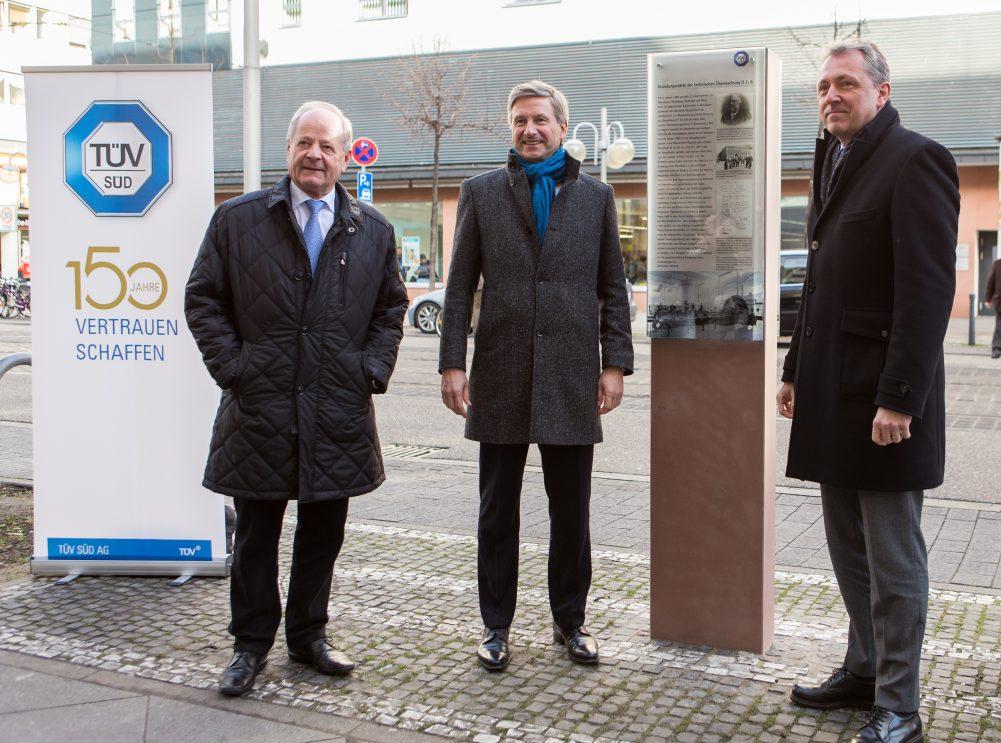 Gruppenfoto vor TUV Stele in Mannheim