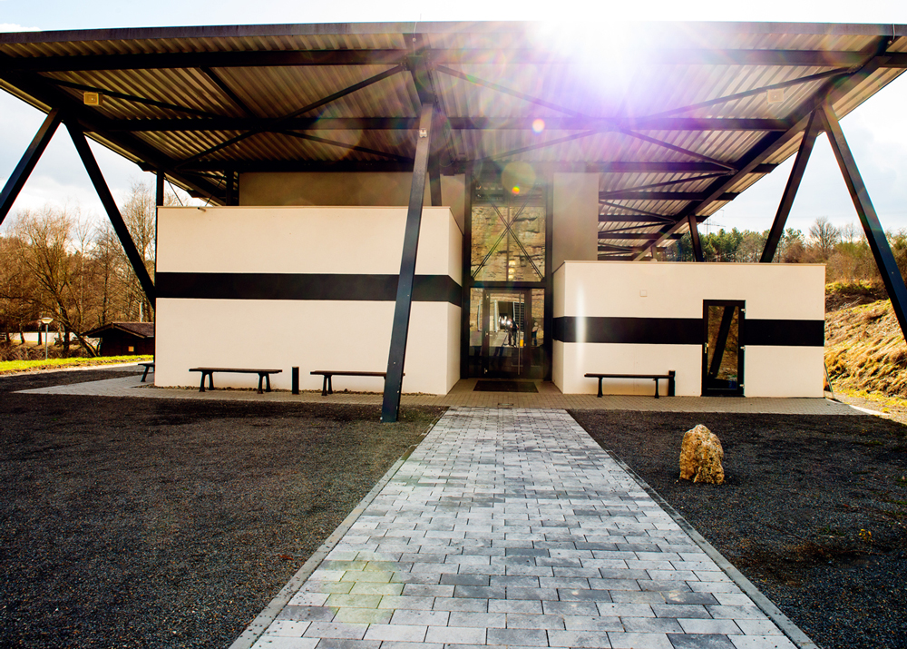 Im architektonisch anspruchsvollen Besucherzentrum werden die faszinierende Erdgeschichte und die Zeit des Muschelkalkmeeres multimedial aufbereitet und leicht verständlich präsentiert.