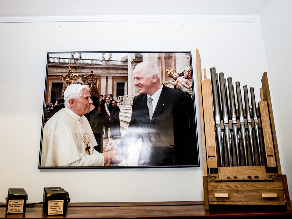 Hat sich über die Vleugels Truhenorgel aus dem Odenwald mächtig gefreut: Papst Benedikt