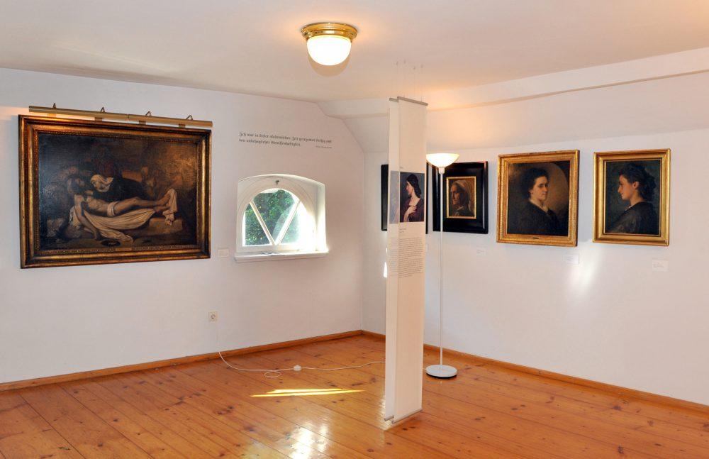 Raum mit Bildern an der Wand