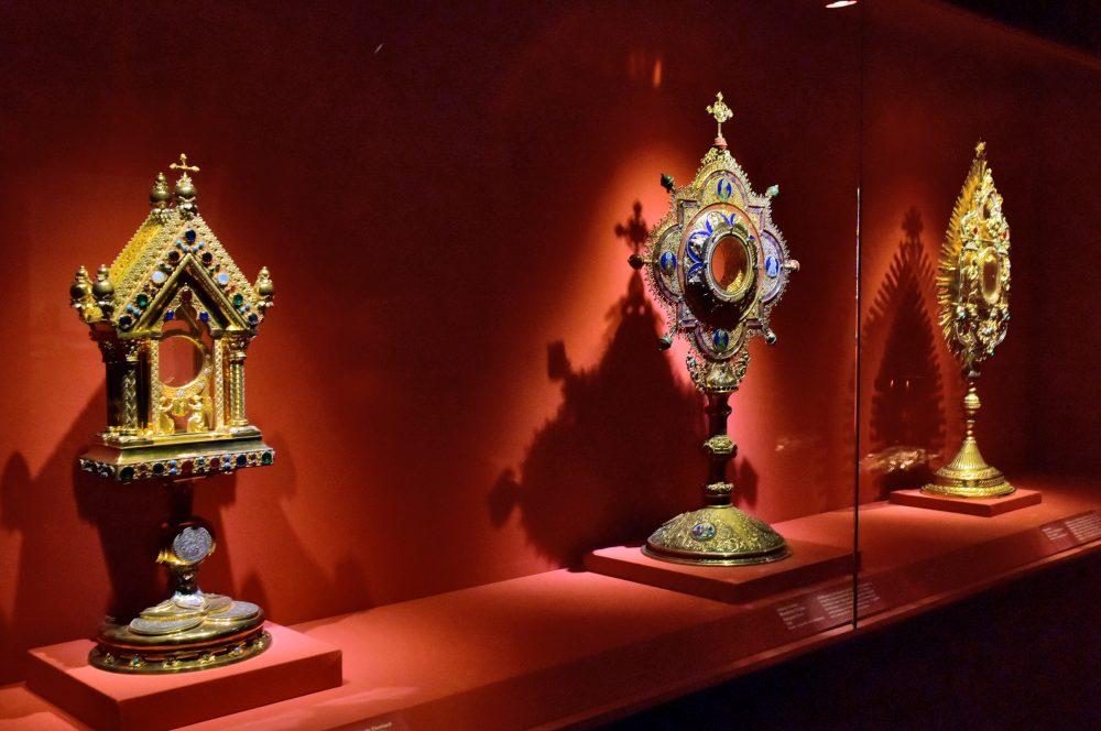 wertvolle mit gold und Steinen verzierte Artefakte