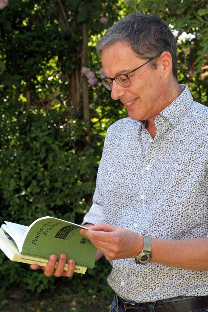 Mann liest in einem Buch